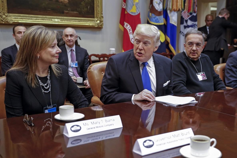 El presidente estadounidense, Donald Trump, con la directora ejecutiva de General Motors, Mary Barra y el director ejecutivo de Fiat Chrysler Automobiles, Sergio Marchionne, en la Sala Roosevelt de la Casa Blanca en Washington.