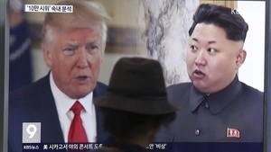 Un hombre mira en una televisión de un escaparate deSeúl un programa que habla de la crisis entre EEUU y Corea del Norte.