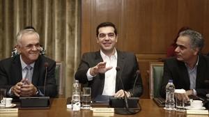 Tsipras (centro) gesticula junto al viceprimer ministro Yiannis Dragasakis (izq) y el ministro de Interior, Panagiotis Skurletis, en el consejo de ministros celebrado en el Parlamento, en Atenas, este domingo.