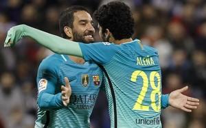 Turan abraza a Aleñá tras el gol del joven canterano en el Hércules-Barça que significó el empate (1-1).