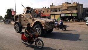 Un vehículode las tropas estadounidenses se dirige a la frontera con Irak en el inicio de su retirada del norte de Siria.