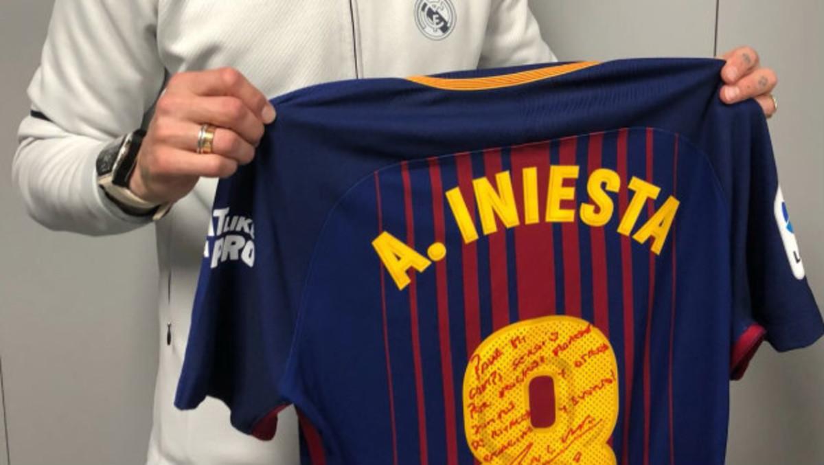 e62fec2959329 Sergio Ramos tiene la última camiseta de Iniesta en un clásico