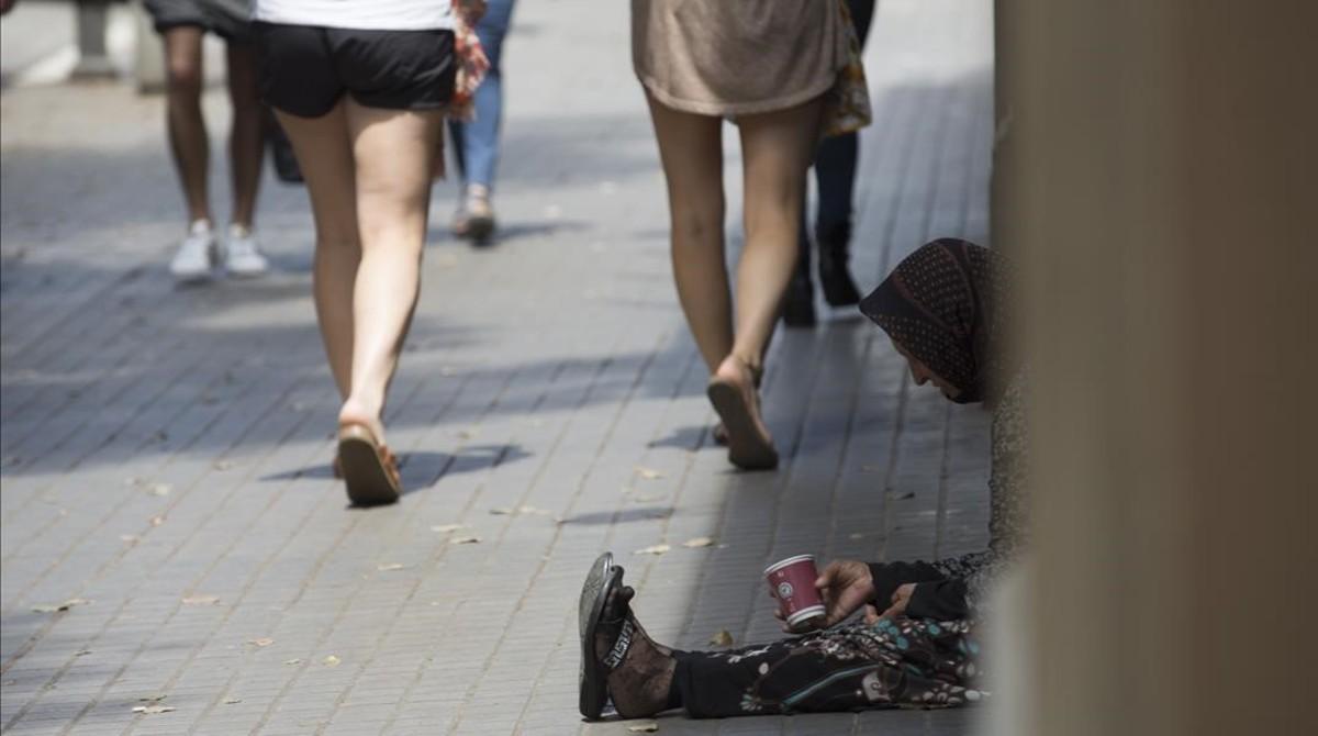 Una indigente en la calle Fontanella de Barcelona.