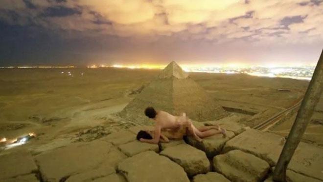 El vídeo de una pareja desnuda en lo alto de una pirámide desata el escándalo en Egipto