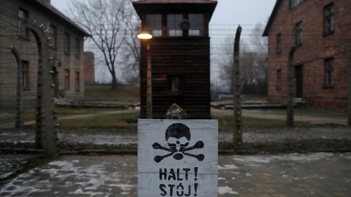 Una señal de alto, en alemán y en polaco, en el campo de exterminio de Auschwitz, durante la conmemoración del aniversario de la liberación, el pasado 27 de enero.