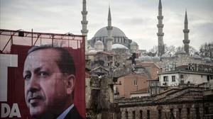 Una valla electoral de Erdogan con la mezquira Suleymaniye de Estambul al fondo.