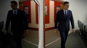 Pedro Sánchez llega a la sala de prensa de la Moncloapara su comparecencia, el 17 de septiembre.