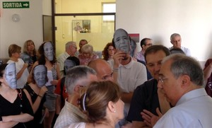El rectorRoberto Fernández habla con otros miembros del equipo directivo mientras le gritan unos jóvenes con caretas.