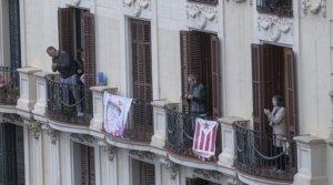 Varios vecinos del Eixample de Barcelona aplauden a los sanitarios desde sus balcones, el pasado 30 de marzo.