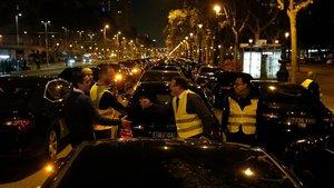 Vehículos VTC cortan la Diagonal para protestar por agresiones, este sábado.