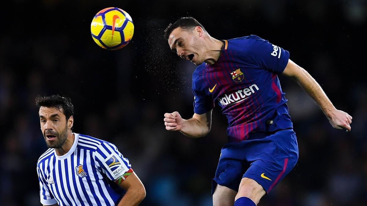 Vermaelen despeja un balón de cabeza ante Xavi Prieto, en el partido de Liga ante la Real Sociedad jugado en Anoeta el pasado domingo