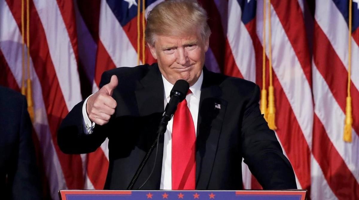 Trump se dirige a sus seguidores tras confirmarse su victoria electoral.