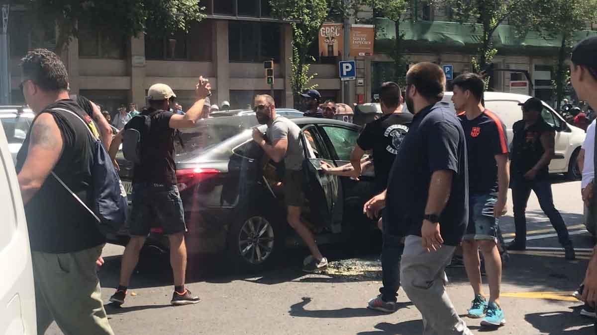 Manifestantes violentos atacan un coche de Cabifydurante la huelga de taxis en Barcelona.