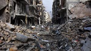 Vista general de la destrucción causada por bombardeos en el barrio de Al-Shaar, en una imagen tomada después de que fuerzas gubernamentales tomaran el control del área, en el este de Alepo, el 7 de diciembre del 2016.