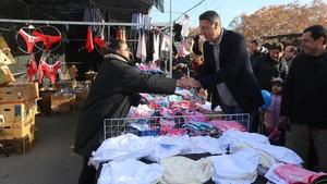 El candidato del PPC, Xavier García Albiol, este miércoles en el mercadillo de Sant Cosme de El Prat de Llobregat (Barcelona).