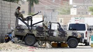 Un milicino huti en un punto de vigilancia en Saná, la capital delYemen.
