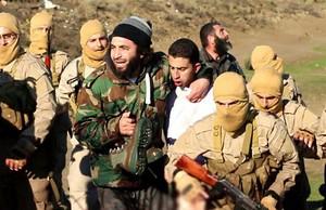 Yihadistas exhiben al piloto jordano capturado, en una imagen difundida por el Estado Islámico.