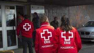 Miembros de la Cruz Roja entran en el Hospital de Valdecilla.