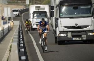 Ciclistas circulando este viernes por la N-II, donde el arcén es prácticamente inexistente y el tráfico, abundante.