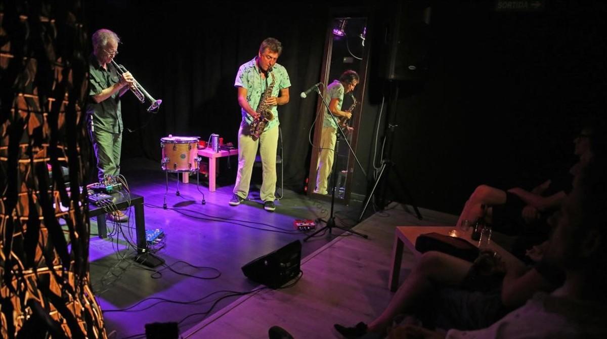 Mark Cunningham y Miquel Jordá, durante su actuación enSinestesia, el nuevo bar de conciertos de Sants.