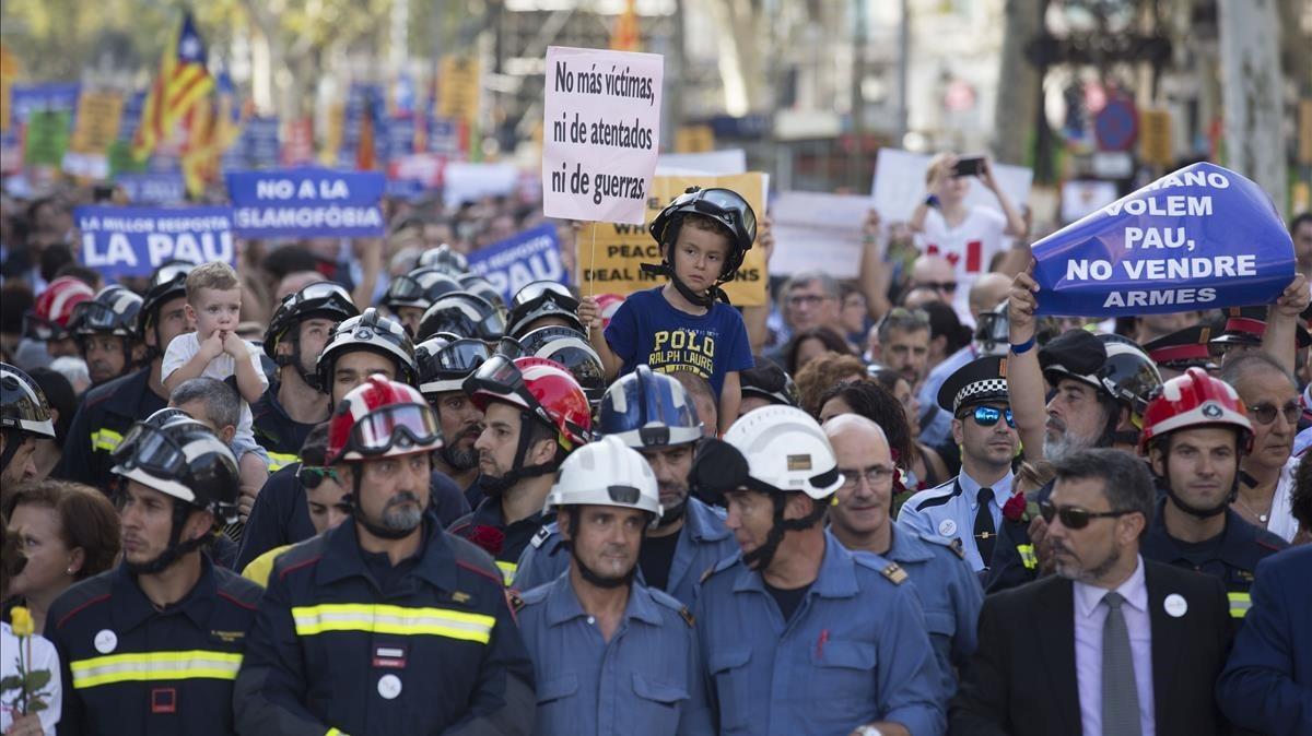 Miembros del cuerpo de bomberos en la manifestación.