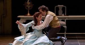 Marta Poveda y Rafa Castejón, en una escena de El perro del hortelano, una producción de la Compañía Nacional de Teatro Clásico.