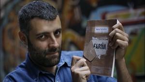 Nacho Carretero, con un ejemplar de Fariña.