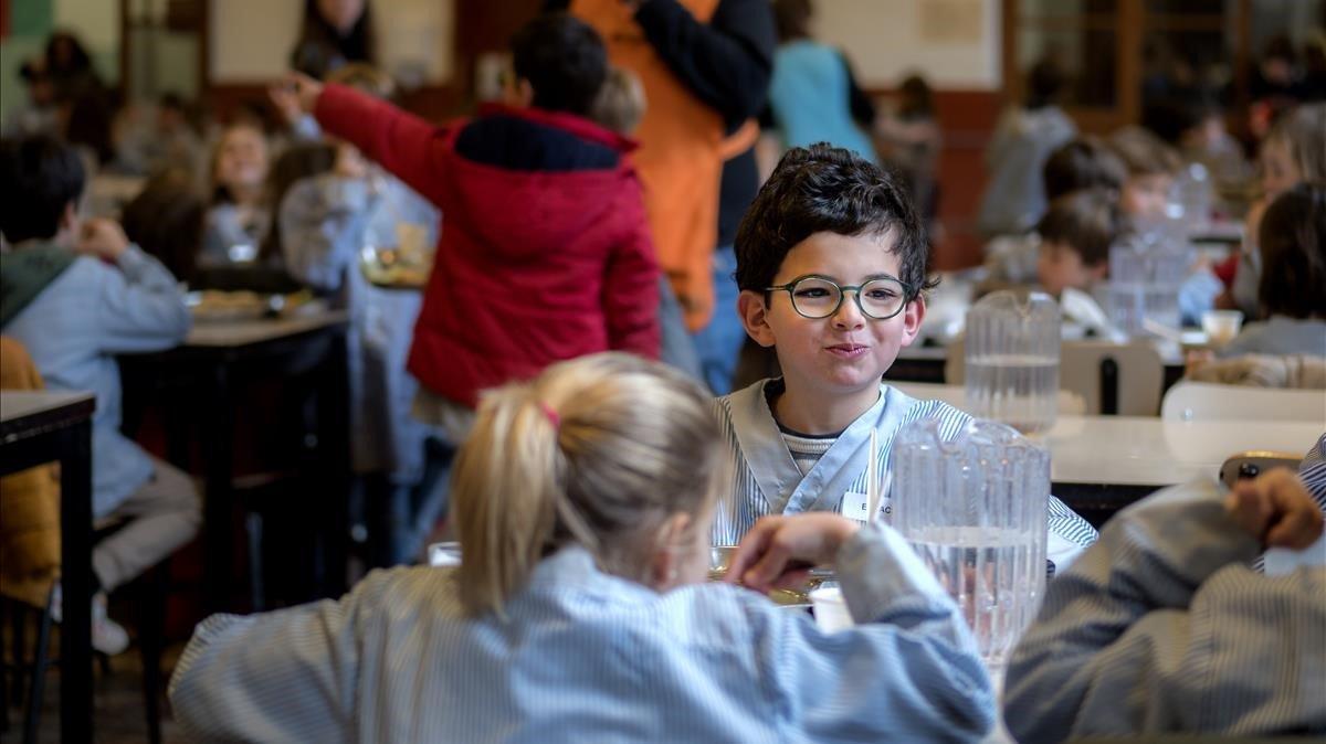 Niños de primaria, en el comedor principal del colegio Sant Ignasi de los jesuitas, en Barcelona.