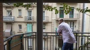 José Luis Morales, en el balcón del piso en el que vive en el Poble Sec.