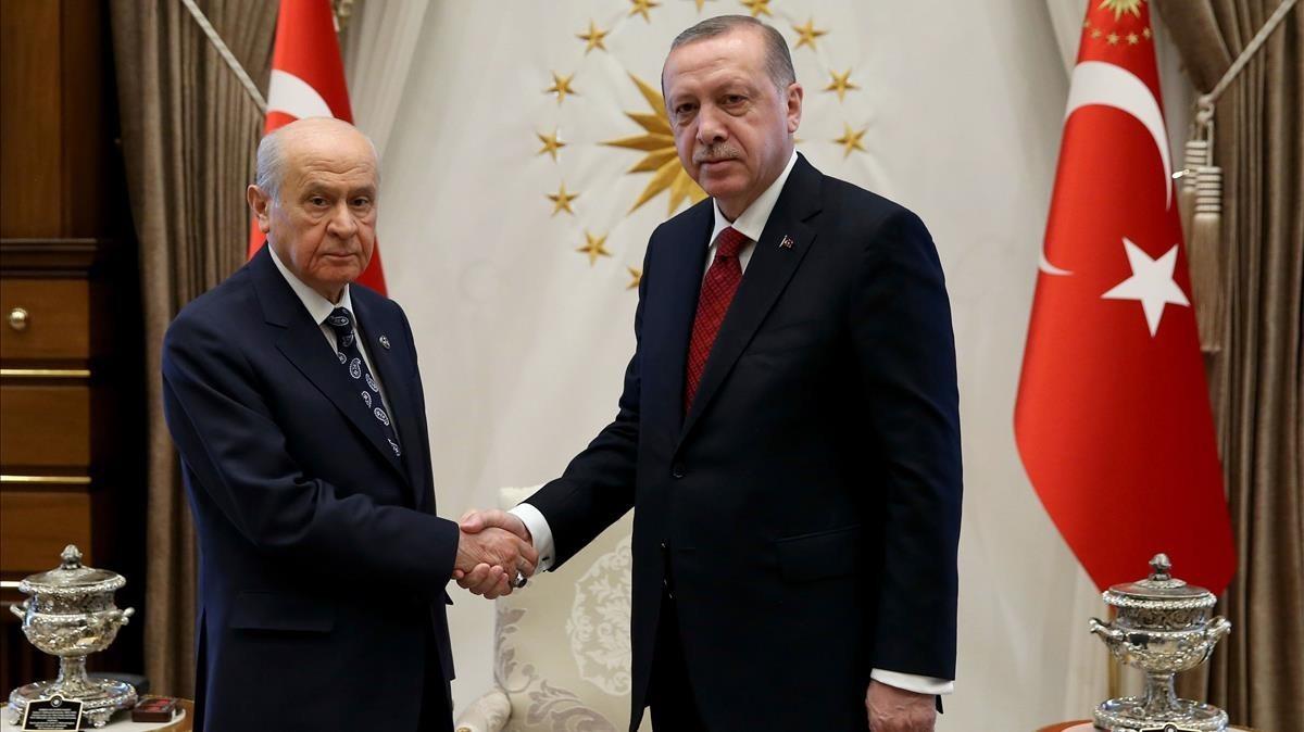 Recep Tayyip Erdogan y Devlet Bahceli, líder del ultranacionalista MHP.