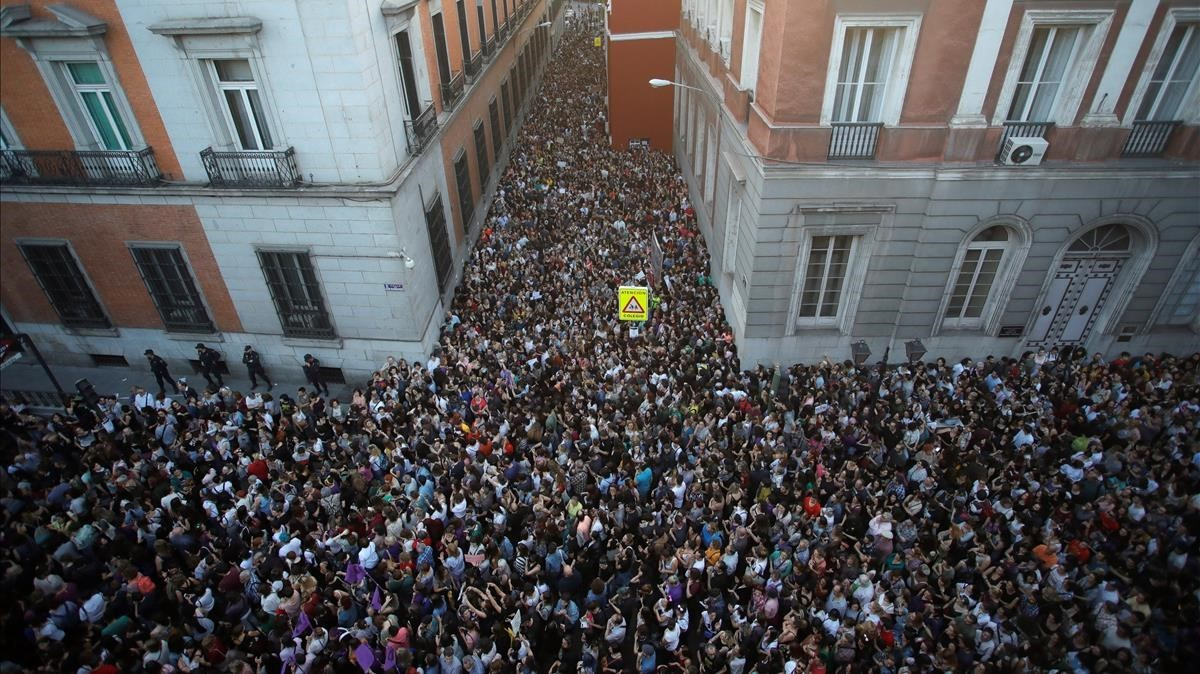 Miles de personas asisten a la concentracion convocada por colectivos feministasfrente al Ministerio de Justiciaen Madrid.