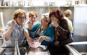 Un grupo de mujeres en el centro para mayoresCa LIsidret.