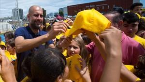Guardiola, con niños de la Fundación Johan Cruyff.