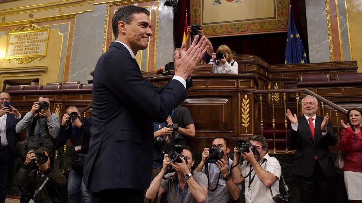 Pedro Sánchez, ante los fotógrafos, tras la moción de censura.