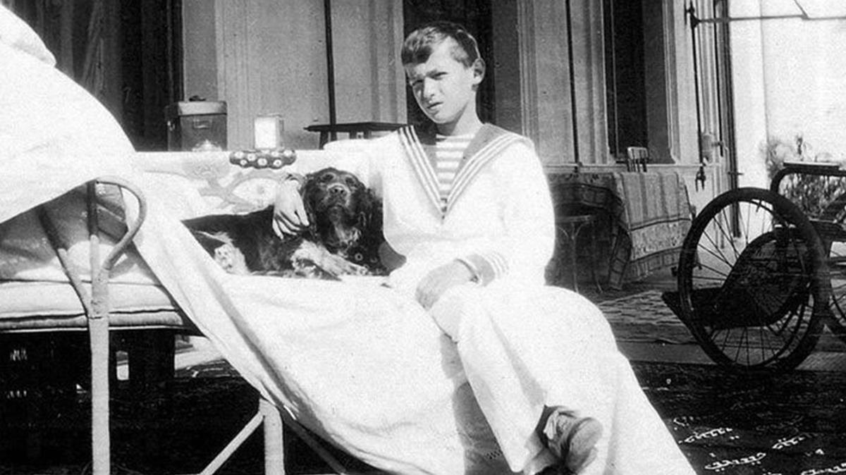 El hijo y heredero del zar, Alekséi, con su perro Joy (que sobrevivió a la matanza).