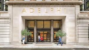 Entrada del edifico Adelphi de Londres.