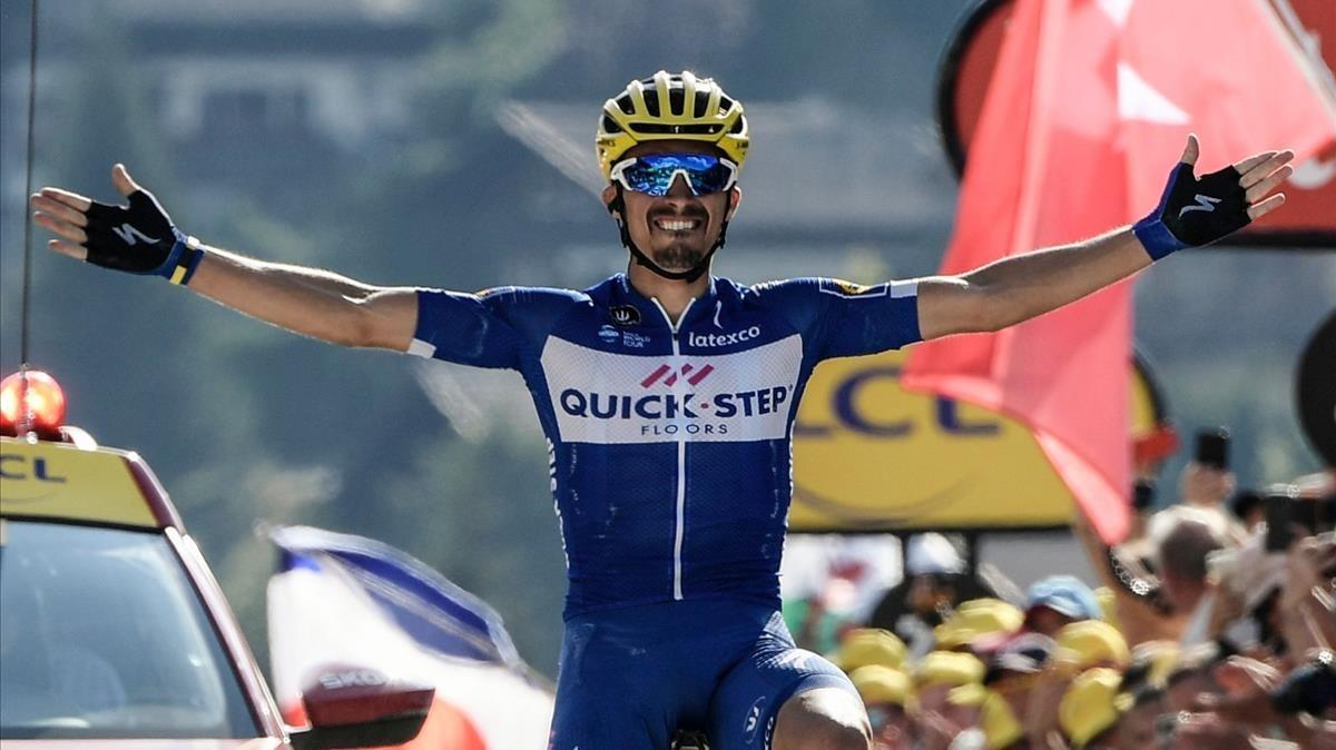 Julian Alaphilippe celebra la victoria en Le Grand-Bornand.