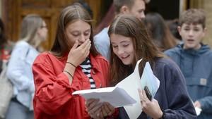 Unas jóvenes celebran su graduación en un instituto de Brighton, en el sur de Inglaterra.