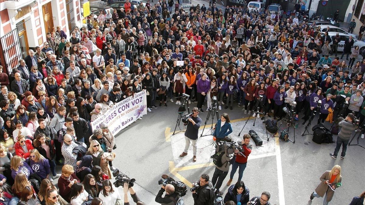 Concentración ante el Ayuntamiento de Callosa por la agresión sexual de Nochevieja.