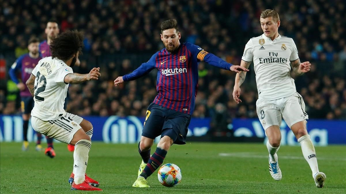 Messi, entre Marcelo y Kroos, en el Barça-Madrid de Copa de Rey.