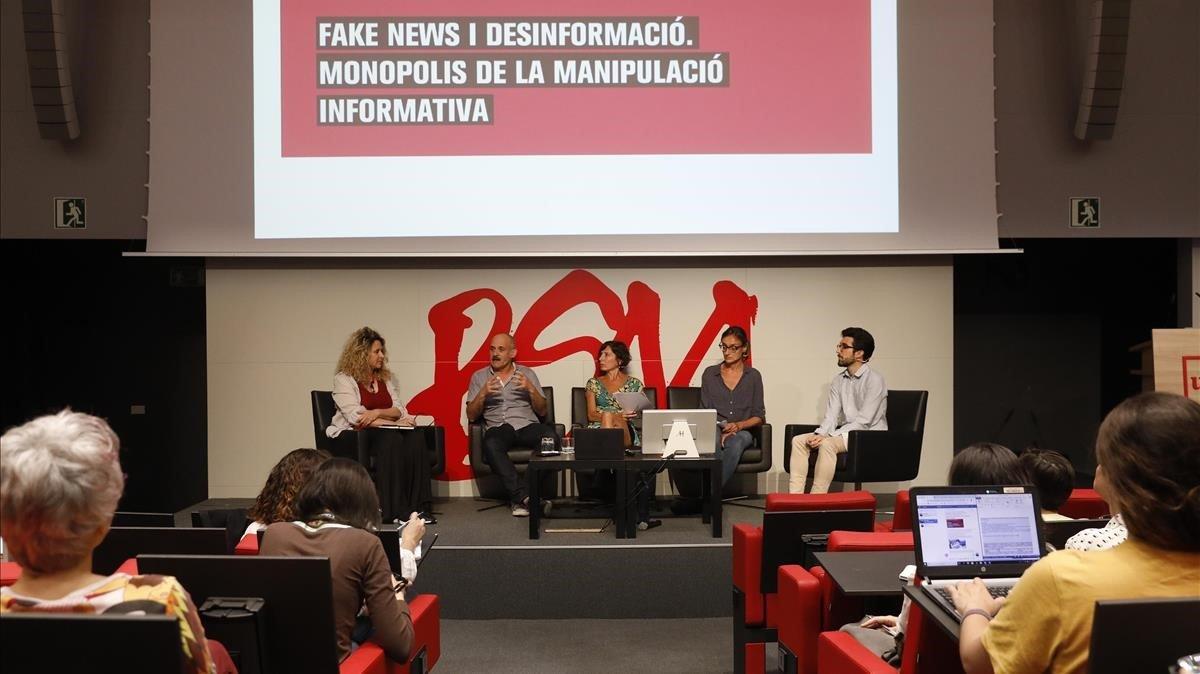 Presentación del informe sobre fake news elaborado por Xnet, en el Auditori de la BSM-Universitat Pompeu Fabra
