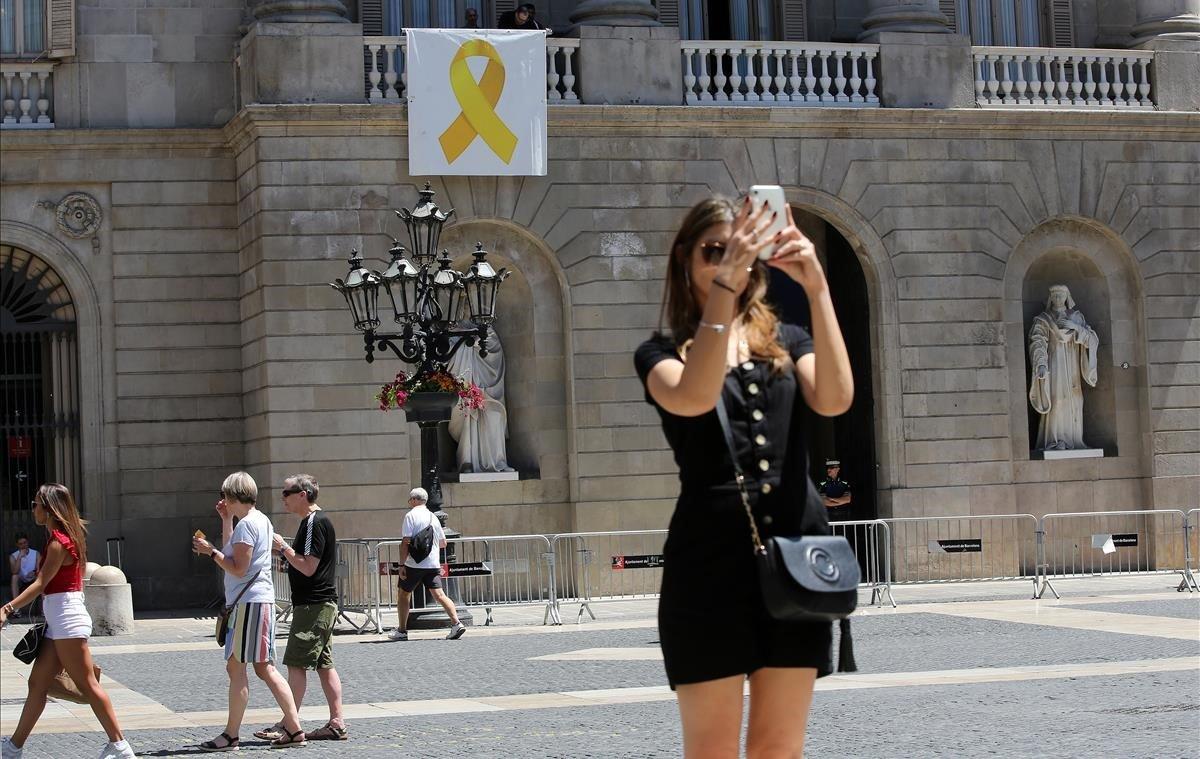 La primera medida de la alcaldesa de Barcelona, Ada Colau, tras la reelección ha sido volver a colgar el lazo en la fachada del ayuntamiento.