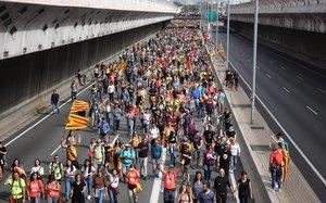 Carreteres i vies tallades ara a Barcelona i resta de Catalunya per la vaga general