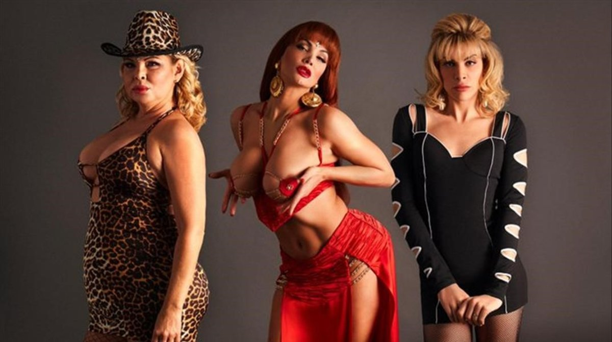 Isabel Torres, primera por la izquierda, junto a las otras actrices que dan vida a La Veneno en la serie.