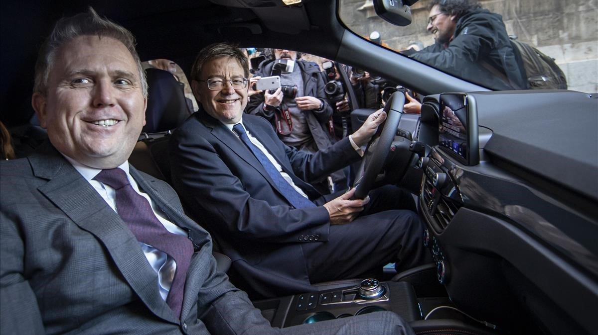 Ximo Puig, president de la Generalitat, y Stuart Rowley, presidente de Ford Europa, a bordo de un Kuga híbrido salido de la factoria de Almussafes