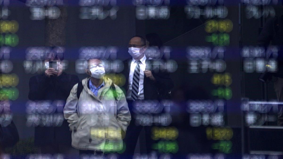 Paneles de cotizaciones del mercado de Tokio.