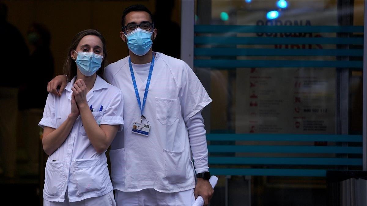 Sanitarios del hospital de la Fundación Jiménez Díaz, en Madrid, ayer.