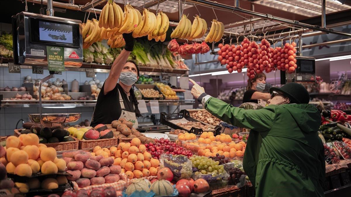 Puesto de venta de frutas y verduras, alimentos básicos en la dieta mediterránea, en el mercado de La Llibertat deGràcia.
