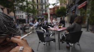 Fumar a les terrasses augmenta el risc de contagi de coronavirus