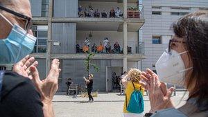 Aplausos frente a la residenciaEl Molí, enNou Barris, hace unos días.